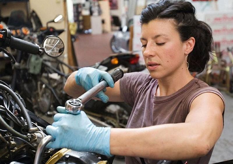 Mulher lavando moto, gostosa lavando moto, babes washing bike, Woman washing bike, Mulher cuidando moto, gostosa cuidando moto, babes caring bike, Woman caring bike, primeiro de maio, dia do trabalho, mulher trabalho