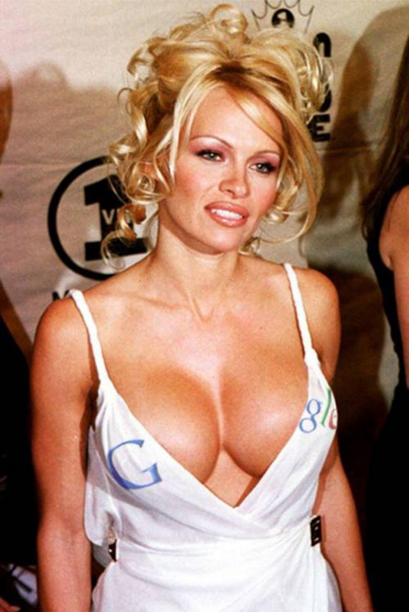 Pamela Anderson - una biondona tutto petto e fianchi diciamo 110-60-90 - la maglietta che lascia scorgere un'ampia, ampia scollatura fa un giochetto, a sinistra si vede una